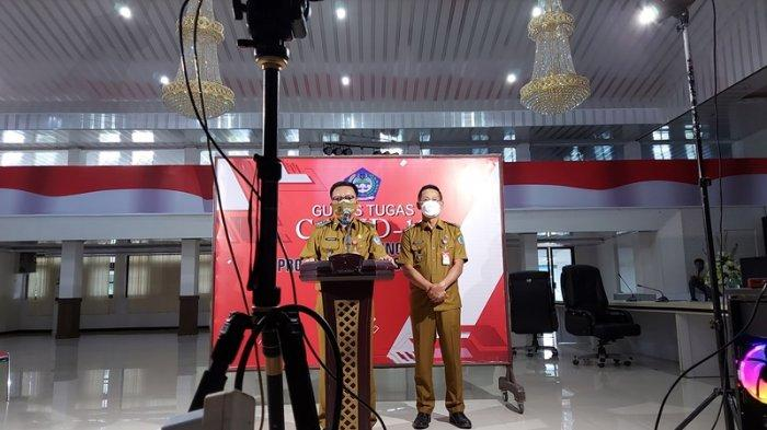 Wali kota Bitung Maurits Mantiri didampingi Wakil walikota Hengky Honandar, saat mengumumkan pemberlakuan PPKM level 4 di Kota Bitung, Senin (26/7/2021).
