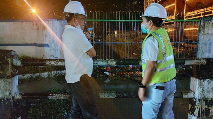 Wali Kota Bitung Maurits Mantiri, Kadis PUPR Rudy Theno, meninjau outlet utama, pasca banjir di pusat kota Bitung.