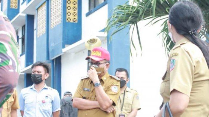 Wali kota Bitung Maurits Mantiri memyambangi lokasi Rumah Sakit Darurat di Tower Tenggiri Rusunawa Sagerat.
