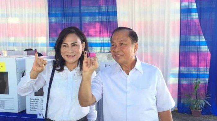 Wali Kota Bitung Max Lomban dan Istri Mencoblos Pakai Baju Putih