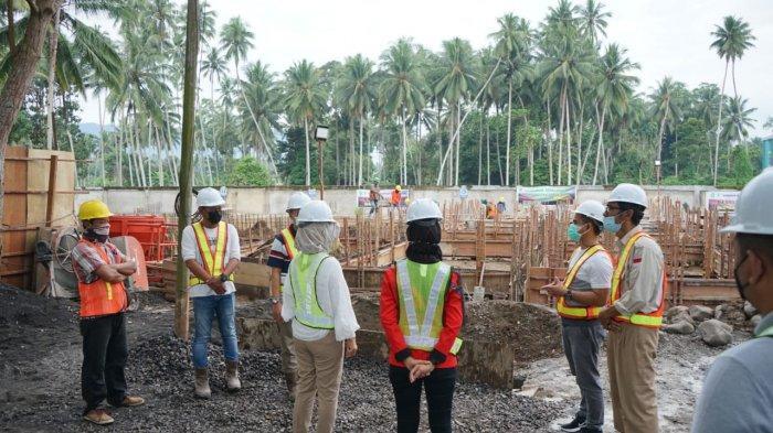 Wali Kota Kotamobagu Ir. Hj. Tatong Bara saat meninjau progress pembangunan Gedung Isolasi di Rumah Sakit Umum Daerah Kota Kotamobagu, Jumat (06/8/2021).