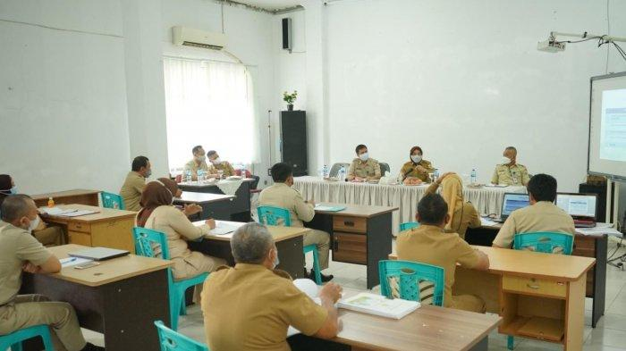 Wali Kota Kotamobagu Ir Tatong Bara terus melakukan pemantauan secara langsung dengan turun di kantor-kantor dinas.