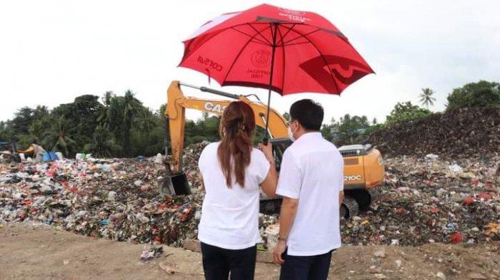 Wali Kota Manado Andrei Angouw dan sang istri Irene Pinontoan mengamati hamparan sampah di TPA Sumompo, Selasa (20/7/2021) siang.