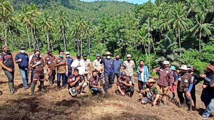 Wali Kota Manado Vicky Lumentut Galakkan 'Ba Kobong' Bagi P/KB Sinode GMIM di Perkebunan Tewasen