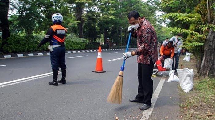 Saat Wali Kota Eri Cahyadi Ikut Sapu Jalan di Surabaya Selatan, Evaluasi Jumlah Satgas Kebersihan