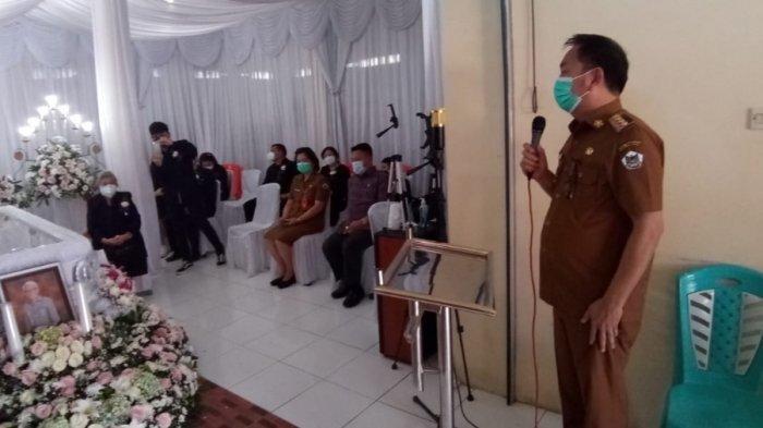 Wali Kota Tomohon Caroll Senduk dan Jeand'arc Karundeng Melayat ke Rumah Duka Almarhum Fredik Roeroe