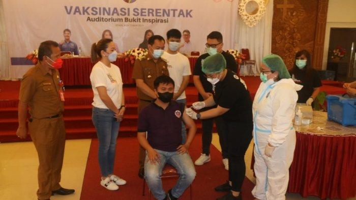 Hadiri Pelaksanaan Vaksinasi Serentak di ABI, Begini Pesan Wali Kota Tomohon Caroll Senduk