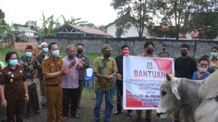 Pemkot Serahkan Bantuan Hewan Kurban untuk Umat Muslim di Tomohon