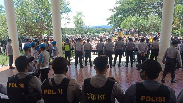 BREAKING NEWS, Warga Bakan Unjuk Rasa di Kantor DPRD Bolmong, Minta Lokasi Tambang jadi WPR