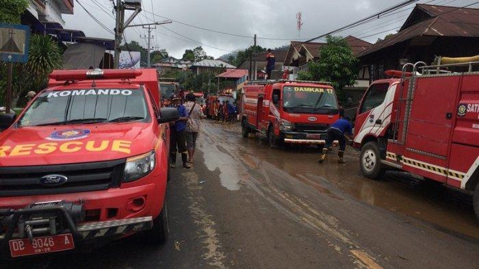 Warga Mitra Gotong Royong Bersihkan Puing Sisa Banjir di Pangu