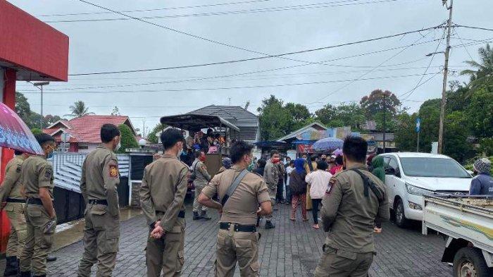 Puluhan warga Desa Pulutan, Kecamatan Remboken, Kabupaten Minahasa menggelar aksi damai di Rumah Dinas Bupati Minahasa Ir Royke O Roring