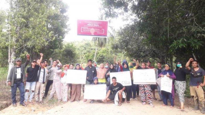 Warga Tolak Aktivitas Tambang Ilegal di Desa Tobayagan, Pasang Baliho Hingga Hentikan Alat Berat