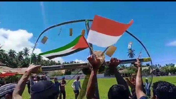 Masyarakat Ilomata Sandingkan Bendera Palestina dan Indonesia saat Gelar Lomba Panjat Pinang