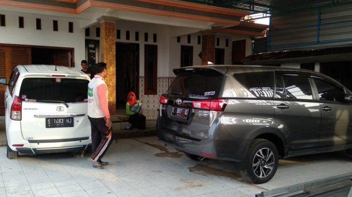 Mulyadi, seorang warga Desa Sumurgeneng, Kecamatan Jenu, Kabupaten Tuban, Jawa timur, menunjukkan koleksi mobil yang barusan dibeli usai menerima uang pembebasan lahan dari proyek pembangunan kilang minyak di Tuban. Selasa (16/2/2021).