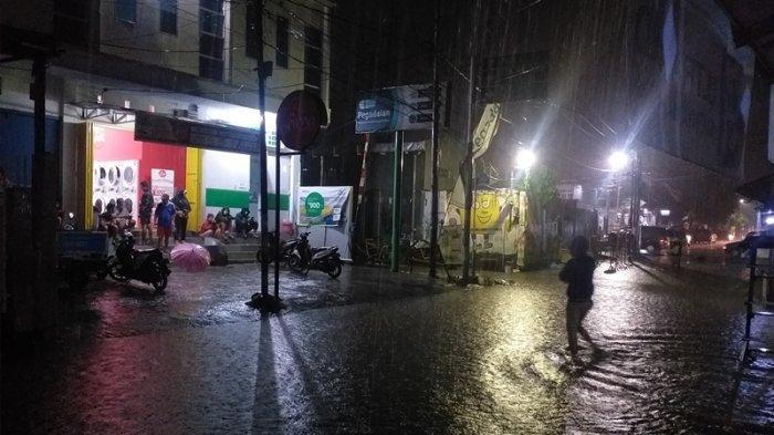 Banjir di Manado, Warga Banjer Inisiatif Alihkan Arus Lalu Lintas