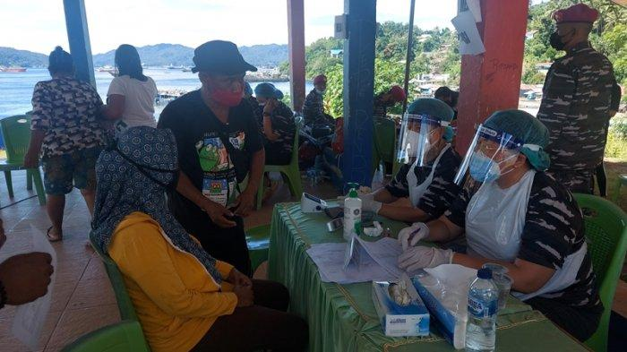 Warga Kelurahan Batulubang Pulau Lembeh Bitung nampak antusias mengikuti serbuan Vaksinasi Covid 19 di Monumen Trikora Pulau Lembah