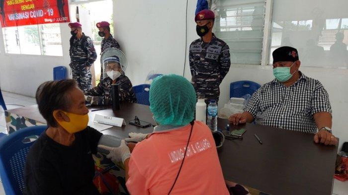 Warga lanjut usia nampak antusias mengkuti serbuan vaksinasi Covid 19 Lantamal VIII Manado