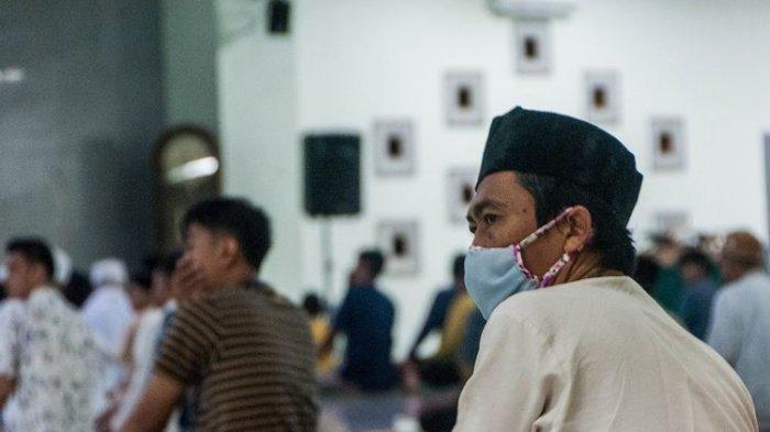 Warga menggunakan masker saat melaksanakan shalat tarawih di Masjid Agung Al-Araf, Lebak, Banten, Rabu (23/4/2020). Warga setempat tetap menjalankan ibadah shalat tarawih berjamaah di masjid dengan mengikuti protokol kesehatan meski Majelis Ulama Indonesia (MUI) mengimbau masyarakat tidak melaksanakan shalat berjamaah di masjid selama ramadhan.