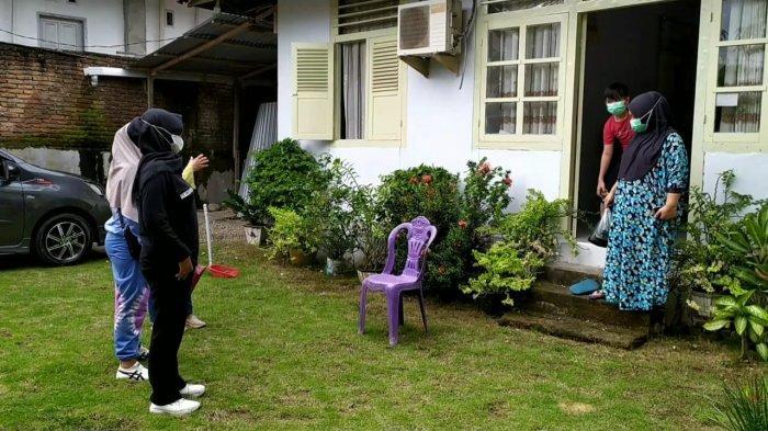 Warga Mogolaing Gotong Royong Bawa Makanan Untuk Pasien Covid 19 yang Isoman