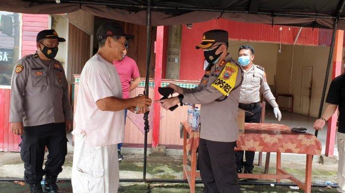 Warga Pelanggar Protokol Kesehatan Diberi Masker Gratis