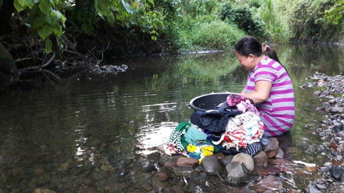 Warga Poigar Manfaatkan Sungai untuk Mandi dan Cuci Baju