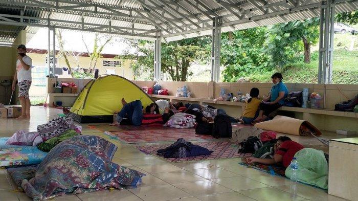 Nantikan Kesembuhan Pasien Covid, Warga Rela Tidur Melantai di Depan Gedung Palma RS Kandouw Manado