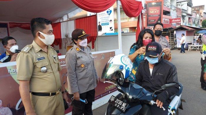 Kapolsek dan Camat Pasang Masker ke Warga Tak Taat Protokol Kesehatan di Bitung