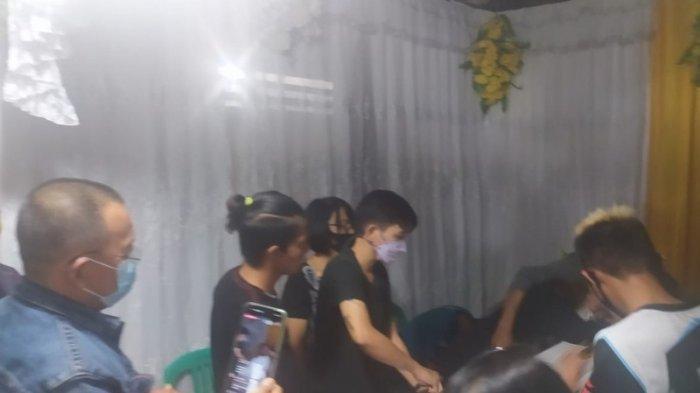 Sampaikan Belasungkawa, Wenny Lumentut Melayat ke Rumah Duka Marsela Sulu di Desa Koha