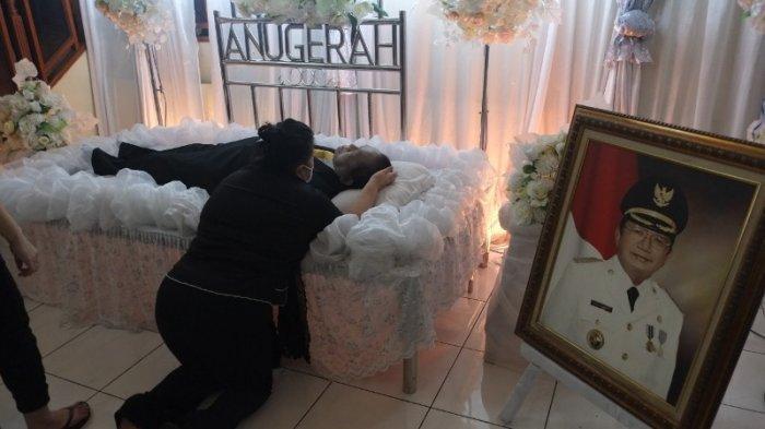 Meiva Lintang istri Winsulangi Salindeho menangis di samping jenazah suaminya