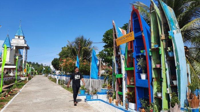 Perahu nelayan yang sudah dicat warna-warni dan dikolaborasikan dengan tanaman hias.