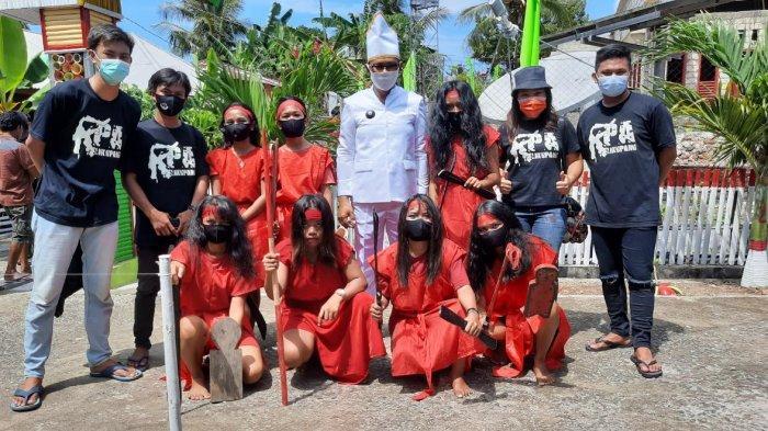 Kami KPA Likupang bersama Kelompok penari Kabasaran bersama Hukum Tua Desa Lihunu Jody Umboh.