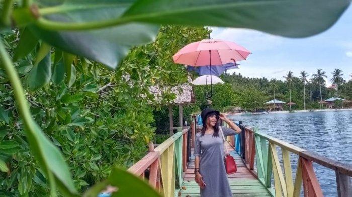 Ariati dan Vhey Kagumi Keindahan Wisata Mangrove Transpatoa