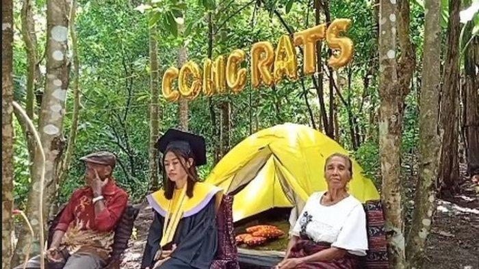 Viral! Akibat Tak Ada Jaringan Internet, Mahasiswi Ini Gelar Wisuda di Hutan