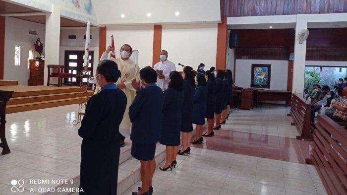 Pastor Paroki Fecky Singal Pr memberkati pengurus WKRI.