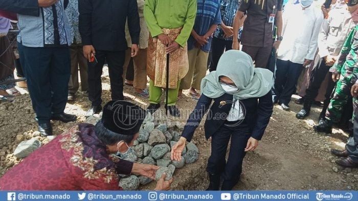 Yasti Letakkan Batu Pertama Pendirian Masjid Al Hidayah Lolak