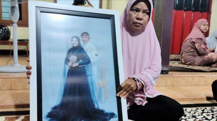 Istri Terus Tangisi Serda Pandu, Baru 2 Bulan Menikah, Awak KRI Nanggala 402 yang Hilang Kontak
