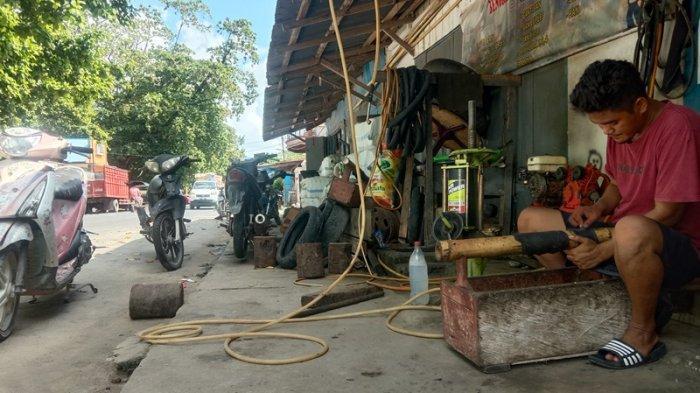 Yesen Malembori 28 tahun warga Kabupaten Kepulauan Sangihe nampak tengah sibuk dengan pekerjaannya.