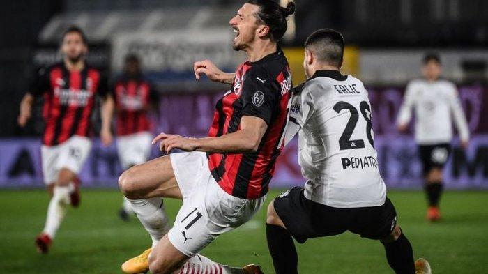 Penyerang AC Milan Zlatan Ibrahimovic berduel dengan bek Spezia Martin Elic pada laga lanjutan pekan ke-22 Liga Italia yang berlangsung di Stadion Alberto Picco, Minggu (14/2/2021) dini hari WIB.