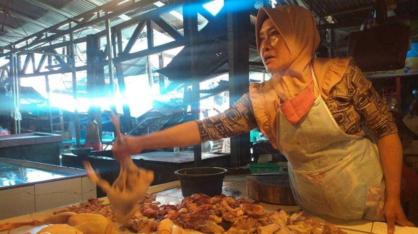 penjualan-daging-ayam-di-pasar-bersehati-manado-sulawesi-utara-minggu-257202109.jpg