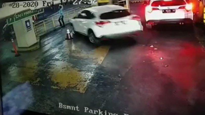petugas-parkir-ditabrak-mobil.jpg