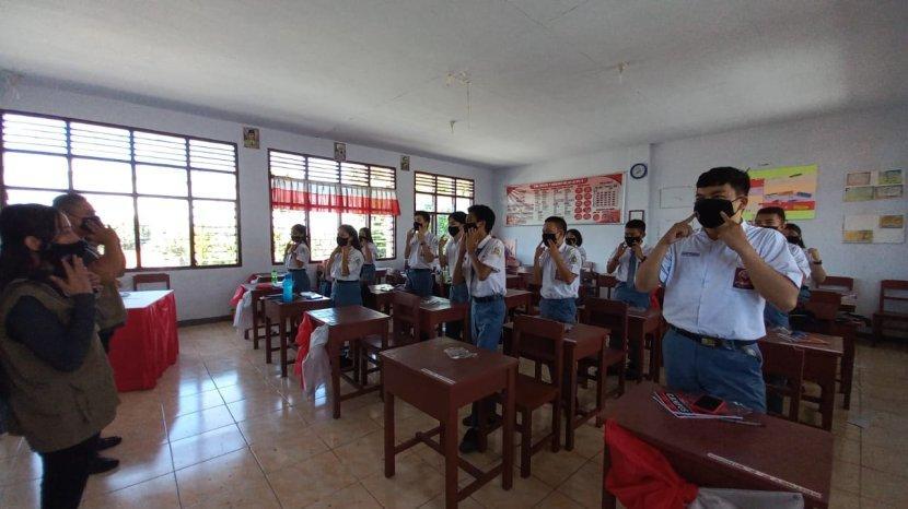 relawan-sulut-hebat-lawan-covid-19-bagi-bagi-masker-ke-siswa-di-manado.jpg
