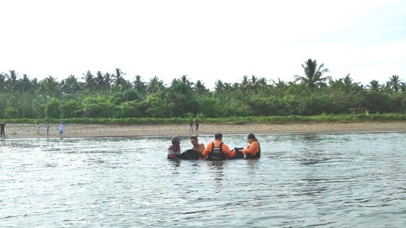 tim-reaksi-cepat-gabungan-tnipolri-dan-basarnas-menemukan-korban-tenggelam-di-pantai-minanga.jpg