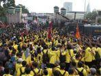 0ribuan-mahasiswa-lakukan-aksi-demo-di-depan-gedung-dpr-ri-senin-2392019.jpg