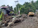 akses-jalan-tertutup-material-yang-terbawa-banjir-bandang-di-kelurahan-bahu2.jpg