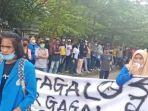aksi-mahasiswa-tolak-ppkm-bendera-merah-putih-menangis.jpg