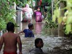 anak-anak-bermain-di-genangan-air-banjir-di-kawasan-kampung-pulo-347348.jpg
