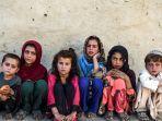 anak-anak-duduk-di-depan-sebuah-rumah-di-desa-deh-qubad-di-distrik-maiwand.jpg