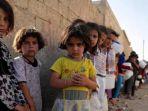 anak-suriah-mengantre-makanan-di-utara-kota-raqqa_20180208_144748.jpg