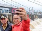 anies-baswedan-selfie-dengan-bima-arya-di-bendung-katulampa-kota-bogor-pada-senin-1222018.jpg
