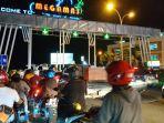antrean-kendaraan-di-depan-gerbang-megamas-manado-jelang-konser-agnes-monica.jpg